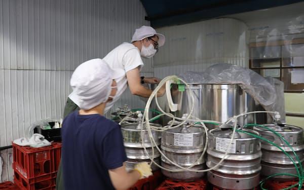 蒸留に向け、ヤッホーは余ったビールを戸塚酒造のタンクに注入した