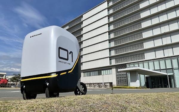 川崎重工が開発した無人搬送ロボットのプロトタイプ