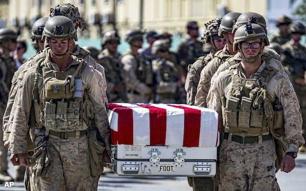 最終盤でISの自爆テロにより米兵13人が犠牲になった(27日、カブール)=米海兵隊提供・AP