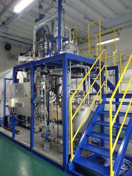 マイクロ波化学の大阪事業所(大阪市)内に設けた実証設備でアクリル樹脂のリサイクルを試験している