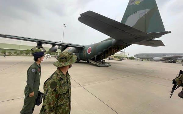 27日、パキスタン・イスラマバードの空港に到着した航空自衛隊の輸送機=共同