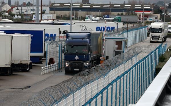 新型コロナウイルス禍で物流需要が堅調な一方で、トラック運転手は構造的に不足している=ロイター
