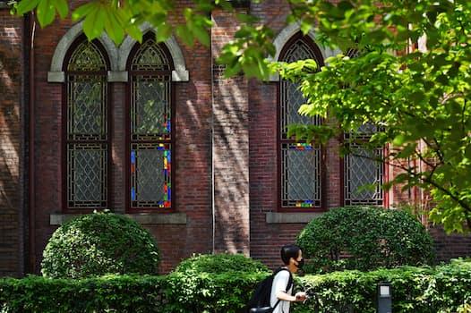 創建当時の趣を残す赤れんがの同志社礼拝堂。盛夏の木陰にステンドグラスがほのかな色彩を与えていた(京都市上京区)