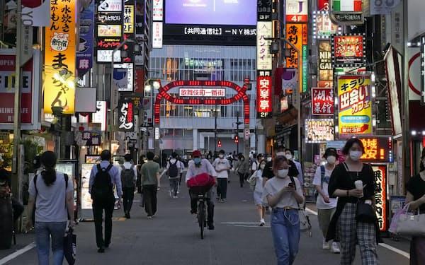 東京・新宿の飲食店街(8月中旬)