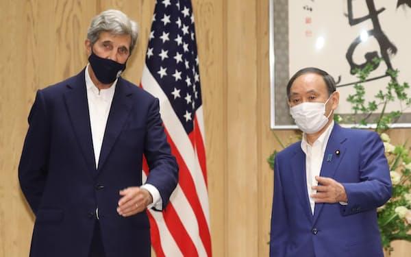 気候変動問題を担当するケリー米大統領特使(左)との会談に臨む菅首相(31日、首相官邸)