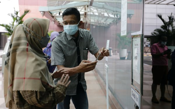 インドネシアの首都ジャカルタのショッピングモールの入場には新型コロナウイルスのワクチン接種証明が必要になった(8月13日)=ロイター