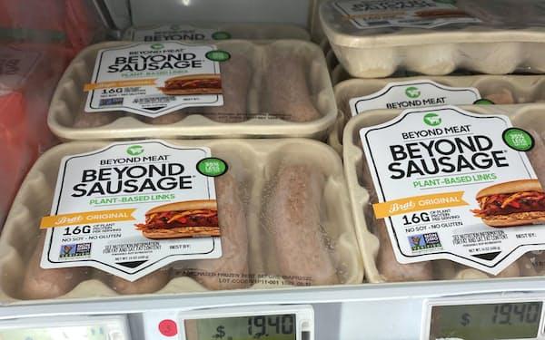 シンガポールのスーパーで販売されている植物由来の代替肉のソーセージ=共同
