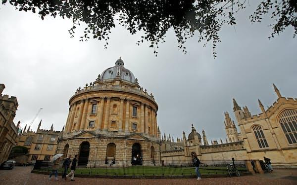 女性が経済学で活躍するには大学教育の改善も欠かせない(英オックスフォード大学)=ロイター