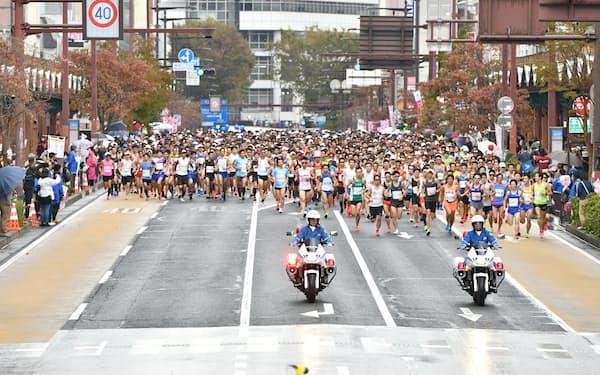 水戸黄門漫遊マラソンは例年、中心市街地や千波湖を走る(水戸市提供)