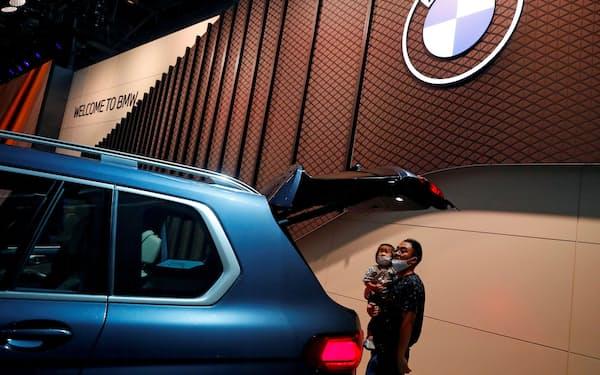 華晨のブランドを買い取ることで再建を支援する狙いとみられる(BMWの中国での展示)=ロイター