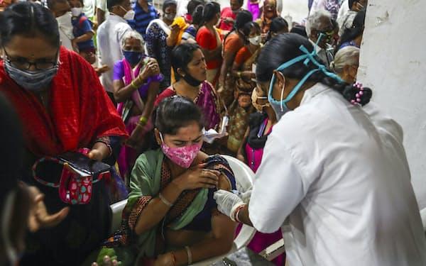 インドはコロナ拡大で5月の新規感染者が世界最多の1日あたり41万人強に跳ねあがった=AP