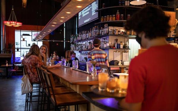 レストランで飲食を楽しむ消費者(米ペンシルベニア州)=ロイター
