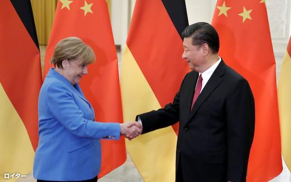 習近平体制の発足後、ドイツはゆっくりと中国離れを図った(2018年の独中首脳会談)=ロイター