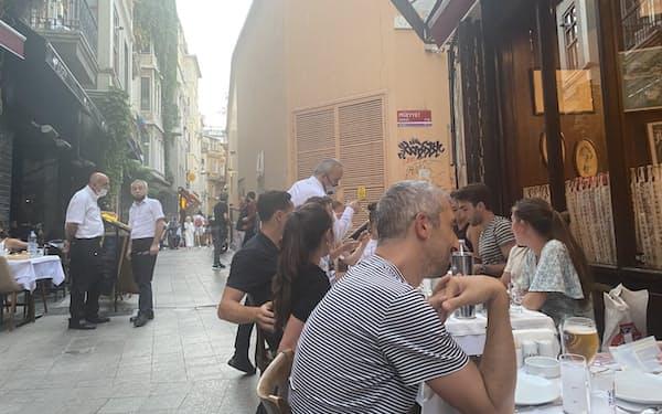 夏に入って行動制限は大幅に緩和された(8月、イスタンブール)