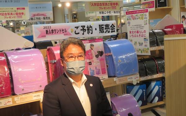 報道陣の質問に答えるイオン東北の辻社長(秋田市)