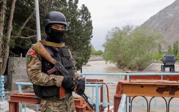 タジキスタンとの衝突が起きた給水施設付近を警備するキルギス治安部隊(5月、南西部バトケン州)=ロイター