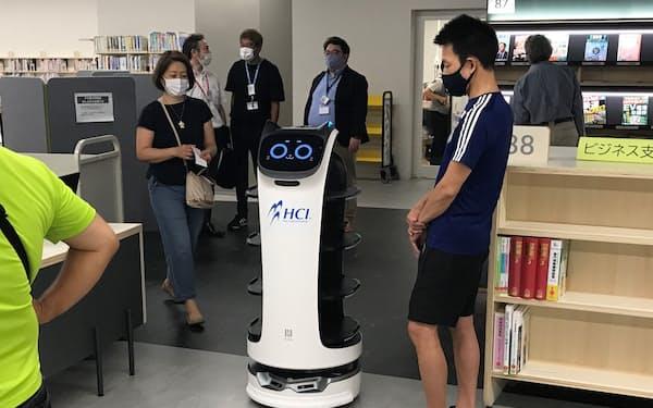 小型ロボットが利用者を読みたい本の場所まで案内する(大阪府泉大津市の市立図書館「シープラ」)