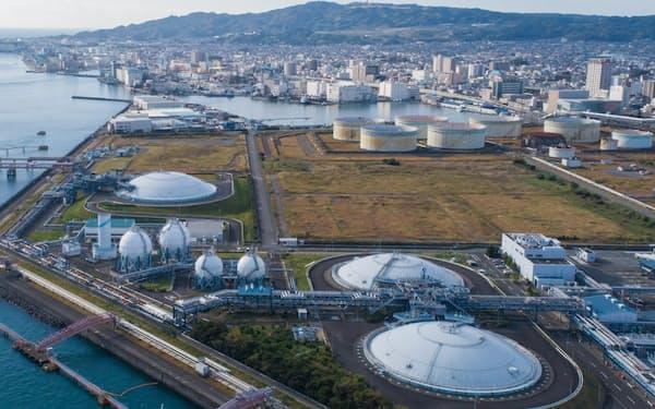 「カーボンニュートラルLNG」を積んだ船が入港する清水エル・エヌ・ジー袖師基地(静岡市)