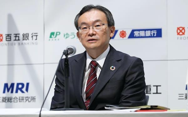 記者会見する三菱UFJ銀行の半沢頭取(1日、東京・大手町)