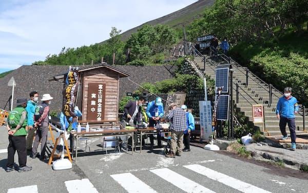 富士山の登山者に検温や体調チェックをする取り組みを進めている