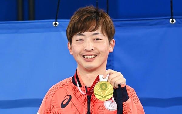 表彰式で金メダルを手に笑顔の杉村