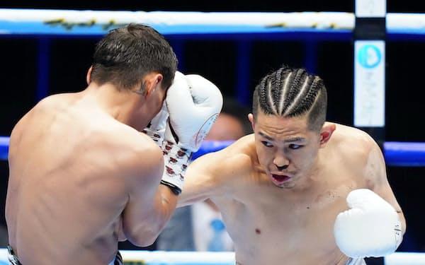 1回、フランシスコ・ロドリゲス(左)にパンチを浴びせる井岡一翔(1日、大田区総合体育館)=代表撮影・共同