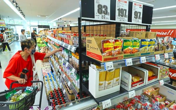 小麦や大豆など原料価格の高騰で、身近な食品の店頭価格にも影響が出そうだ(東京都葛飾区のビッグ・エー葛飾西亀有店)