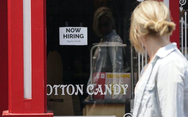 人手が足りない雇用主は依然として多い(8月、カリフォルニア州)=AP