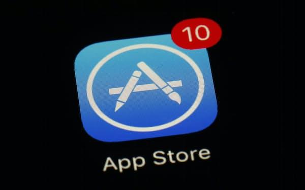 アップルはアプリストアのルールについて、開発者側への譲歩を重ねている=AP