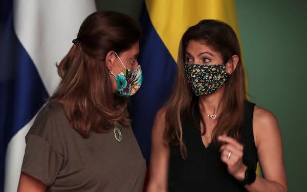 パナマの難民キャンプを訪れたコロンビアのラミレス外相(左)と話すパナマのモイネス外相(8月)=ロイター