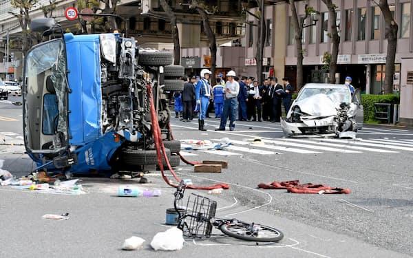 事故現場を調べる警視庁の捜査員ら(2019年4月、東京都豊島区)