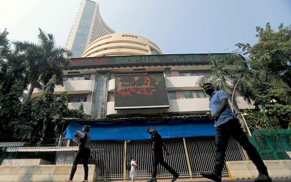 ムンバイ証券取引所の前を行き交う人たち。インド株の指標であるSENSX指数は4月から上昇基調が続いている=ロイター