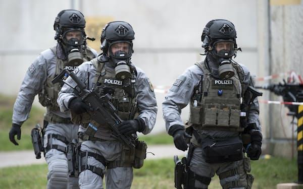 新型コロナの発生源が特定されていないことで生物兵器に対する懸念が強まった(生物兵器に対処する訓練を行う独警察)=AP