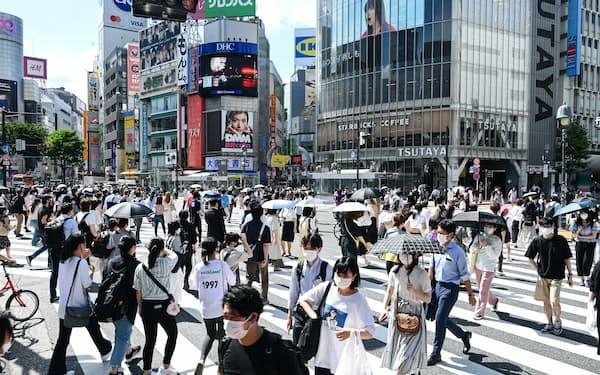 東京・渋谷を歩くマスク姿の人たち