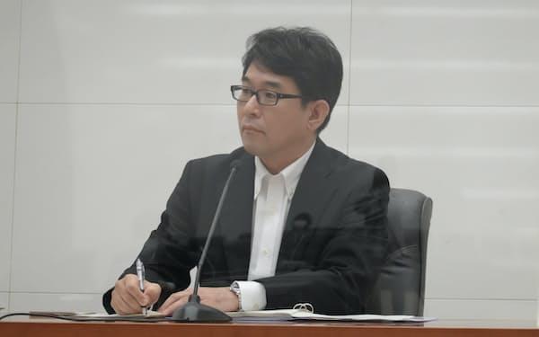 記者会見に臨んだ日銀の片岡審議委員