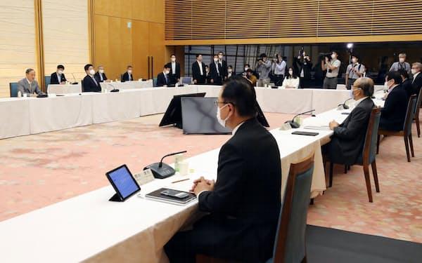 首相官邸で開かれた成長戦略会議(2日)