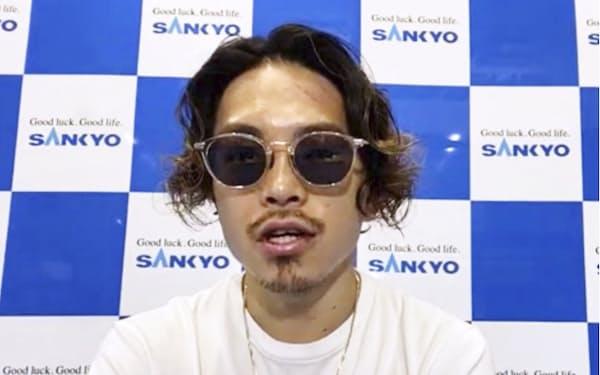 3度目の防衛成功から一夜明けて記者会見する、WBOスーパーフライ級王者の井岡一翔(2日)=共同