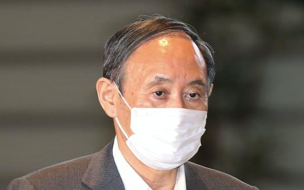自民党の二階幹事長と会談後、首相官邸に入る菅首相(2日、首相官邸)