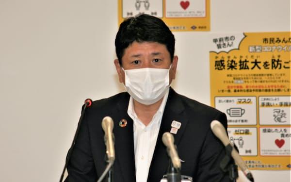 市独自の応援金について説明する樋口雄一市長(2日、甲府市役所)