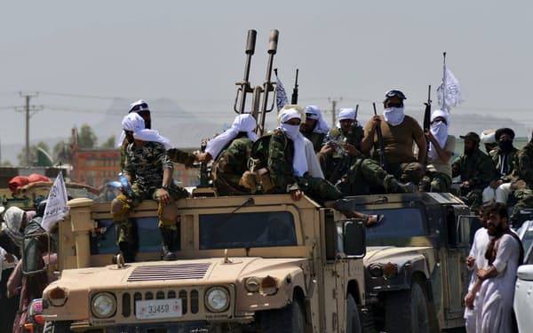 タリバンを乗せパレードを行う元米軍車両「ハンビー」(1日、カンダハル)=AFP時事