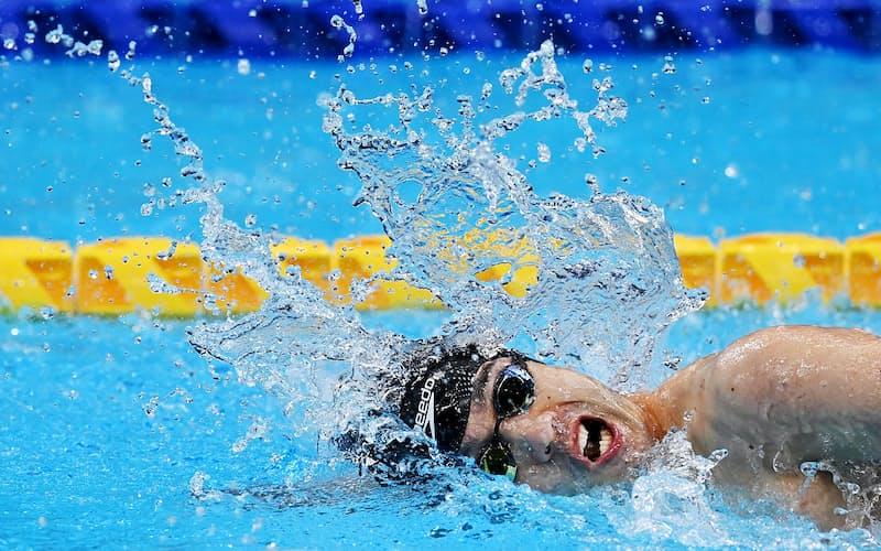 <金メダル> 男子100メートル自由形で力泳する鈴木孝幸。今大会、5個のメダルを獲得した
