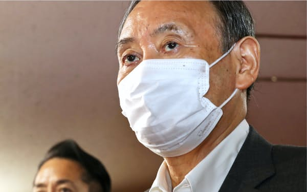 自民党本部で二階幹事長との会談に臨む菅首相(2日)