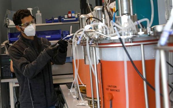 米リジェネロンの抗体カクテル療法の需要は拡大している(ニューヨーク州の同社施設)=ロイター