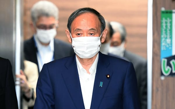 自民党の臨時役員会に臨む菅首相(3日午前、党本部)
