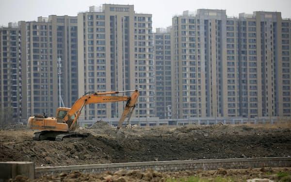 中国では不動産開発業者への締め付けが強まっている(上海の建設現場)=ロイター
