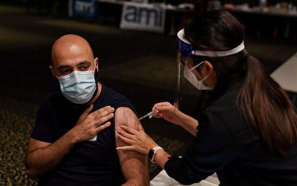 新型コロナウイルスワクチンの確保が遅れたオーストラリアは外交手段も使って積み増しを急ぐ(写真はシドニーでの接種風景)=ロイター