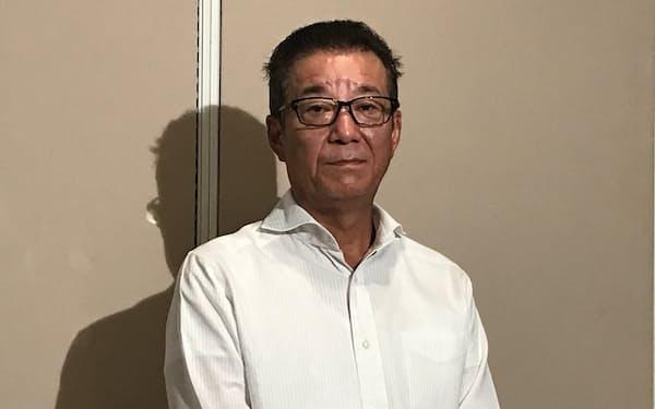 取材に応じる日本維新の会の松井一郎代表( 3日、大阪市役所)
