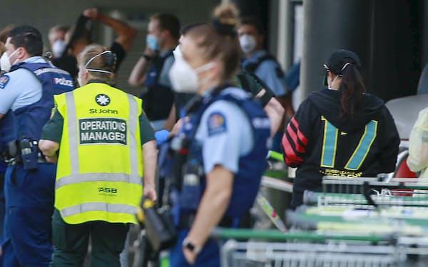 事件現場となったスーパーに駆けつけた警察官ら(3日、オークランド)=ニュージーランド・ヘラルド提供・AP