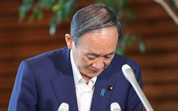 自民党総裁選への出馬見送りの意向を明らかにし、一礼する菅首相(3日、首相官邸)