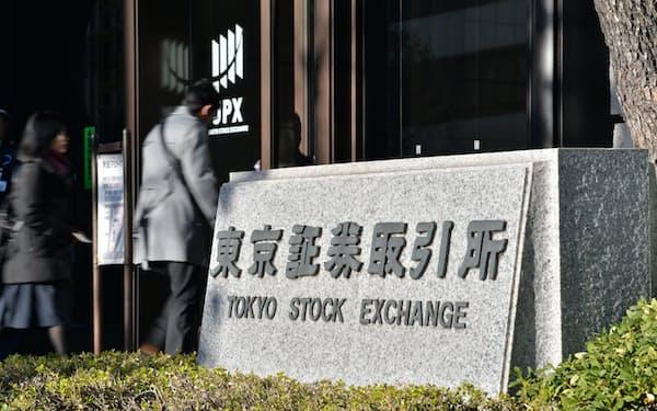 東京証券取引所に入る人たち。間もなくソフトバンク株の取引が始まります(19日午前8時22分、東京都中央区)